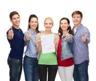 Grupo de estudiantes que muestran la prueba y los pulgares para arriba Imagenes de archivo
