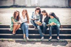 Grupo de estudiantes que sientan con los libros Foto de archivo