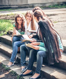 Grupo de estudiantes que sientan con los libros Imagen de archivo