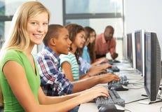 Grupo de estudiantes que trabajan en los ordenadores en sala de clase Fotos de archivo libres de regalías