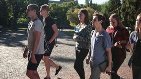 Grupo de estudiantes que van a dar una conferencia en universidad almacen de metraje de vídeo