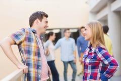 Grupo de estudiantes sonrientes al aire libre Imagen de archivo libre de regalías