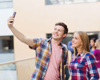 Grupo de estudiantes sonrientes al aire libre Foto de archivo