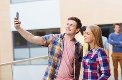 Grupo de estudiantes sonrientes al aire libre Fotografía de archivo