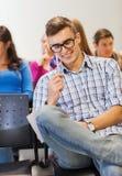Grupo de estudiantes sonrientes con el cuaderno Imagen de archivo