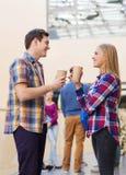 Grupo de estudiantes sonrientes con las tazas de café de papel Foto de archivo libre de regalías
