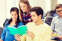Grupo de estudiantes sonrientes con los cuadernos Foto de archivo libre de regalías