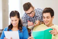 Grupo de estudiantes sonrientes con los cuadernos Imágenes de archivo libres de regalías