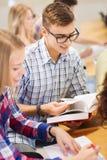 Grupo de estudiantes sonrientes con los libros Imágenes de archivo libres de regalías