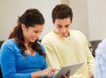 Grupo de estudiantes sonrientes con PC de la tableta Imagen de archivo