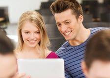 Grupo de estudiantes sonrientes con PC de la tableta Fotos de archivo libres de regalías
