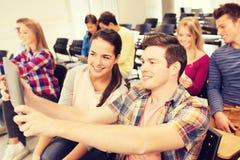 Grupo de estudiantes sonrientes con PC de la tableta Imágenes de archivo libres de regalías