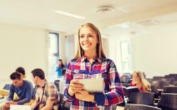 Grupo de estudiantes sonrientes con PC de la tableta Fotografía de archivo