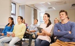 Grupo de estudiantes sonrientes con PC de la tableta Fotos de archivo