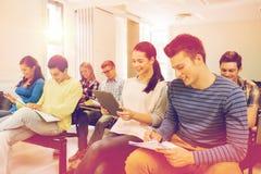 Grupo de estudiantes sonrientes con PC de la tableta Foto de archivo libre de regalías