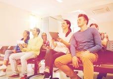 Grupo de estudiantes sonrientes con PC de la tableta Imagen de archivo libre de regalías