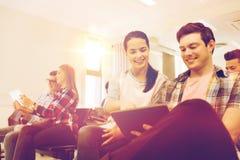 Grupo de estudiantes sonrientes con PC de la tableta Fotografía de archivo libre de regalías