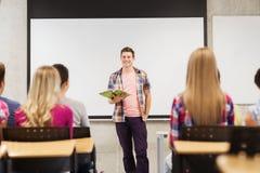 Grupo de estudiantes sonrientes en sala de clase Fotos de archivo libres de regalías