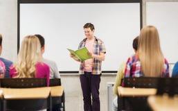 Grupo de estudiantes sonrientes en sala de clase Foto de archivo libre de regalías