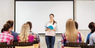Grupo de estudiantes sonrientes en sala de clase Imagen de archivo libre de regalías
