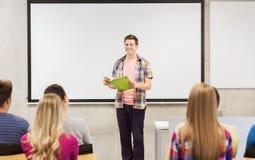 Grupo de estudiantes sonrientes en sala de clase Fotografía de archivo