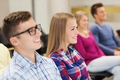 Grupo de estudiantes sonrientes en sala de conferencias Imagen de archivo