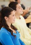 Grupo de estudiantes sonrientes en sala de conferencias Fotos de archivo libres de regalías