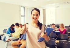 Grupo de estudiantes sonrientes en sala de conferencias Imágenes de archivo libres de regalías