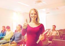 Grupo de estudiantes sonrientes en sala de conferencias Imagenes de archivo