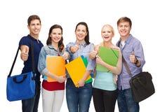 Grupo de estudiantes sonrientes que muestran los pulgares para arriba Imagen de archivo