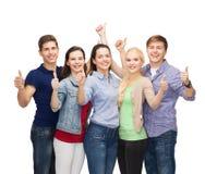 Grupo de estudiantes sonrientes que muestran los pulgares para arriba Fotografía de archivo libre de regalías