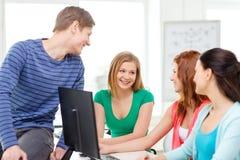 Grupo de estudiantes sonrientes que tienen discusión Foto de archivo