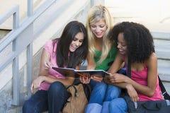 Grupo de estudiantes universitarios de sexo femenino en las escaleras Imágenes de archivo libres de regalías