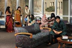 Grupo de estudiantes universitarios diversos foto de archivo libre de regalías