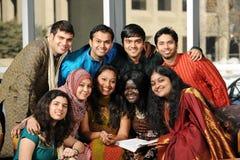 Grupo de estudiantes universitarios diversos foto de archivo