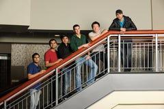 Grupo de estudiantes universitarios diversos imagen de archivo libre de regalías