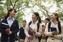 Grupo de estudiantes universitarios en campus Imágenes de archivo libres de regalías