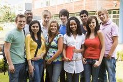 Grupo de estudiantes universitarios en campus fotos de archivo