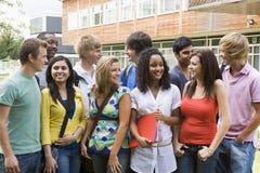 Grupo de estudiantes universitarios en campus Foto de archivo libre de regalías