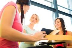 Grupo de estudiantes universitarios que estudian difícilmente para un examen Imagenes de archivo