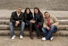 Grupo de estudiantes universitarios que se sientan en pasos de progresión Fotografía de archivo libre de regalías