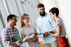 Grupo de estudiantes universitarios que trabajan junto en la escuela Imagen de archivo libre de regalías
