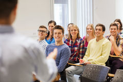 Grupo de estudiantes y de profesor con el cuaderno Fotografía de archivo libre de regalías