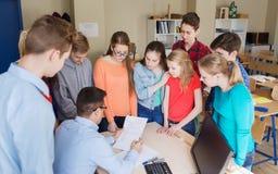 Grupo de estudiantes y de profesor con las pruebas en la escuela Fotografía de archivo