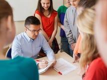 Grupo de estudiantes y de profesor con las pruebas en la escuela Fotografía de archivo libre de regalías