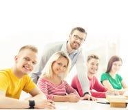 Grupo de estudiantes y de un profesor en la lección Fotos de archivo