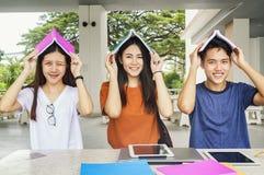 Grupo de estudiar asiático joven en la universidad que se sienta durante lectu Imágenes de archivo libres de regalías