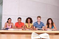 Grupo de estudiar feliz de los estudiantes Imágenes de archivo libres de regalías