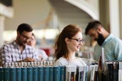 Grupo de estudiar joven feliz de los estudiantes universitarios fotos de archivo libres de regalías