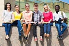 Grupo de estudiar de los estudiantes universitarios foto de archivo libre de regalías